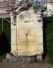 Domaine de Beaumesnil (également sur commune de Gouttières) - Deutsch:   Brunnen am Schloss Beaumesnil, Département Eure, Frankreich