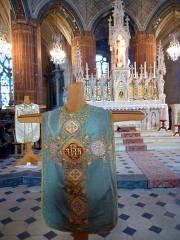 Eglise Notre-Dame-de-la-Couture - English: 19th century chasubles in the church Notre-Dame de la Couture in Bernay (Eure, France).