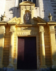 Eglise Sainte-Croix - English: Portal of the church Sainte-Croix in Bernay (Eure, France). The portal was restored not long ago, the strange yellow colour will fade.