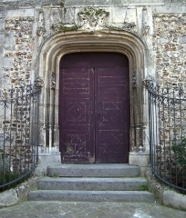 Eglise Sainte-Croix - English: Door on the eastern façade of the church Sainte-Croix in Bernay (Eure, France).