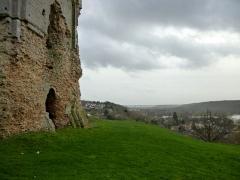 Ruines du château -  Blick vom Donjon nach Süden. Der Donjon wurde im 11. Jahrhundert erbaut. View of the landscape south of Brionne.  The keep was built in the 11th century.