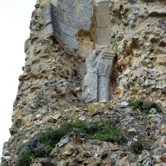 Ruines du château - English: A Romanesque column or rather pilaster in the ruin of the medieval castle of Brionne (Eure, France). It was part of a fireplace.