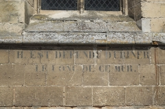 Eglise Sainte-Foy - Deutsch: Katholische Kirche Sainte-Foy in Conches-en-Ouche im Département Eure (Haute-Normandie/Frankreich), Inschrift an der Außenmauer: IL EST DÉFENDU D'URINER LE LONG DE CE MUR.