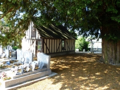 Eglise - English: Graveyard of the church Saint-Ouen of Duranville. The yew tree is some hundred years old. To the left is the building of the Confrérie de charité (religious brotherhood that used to organise funerals).