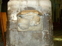 Ancienne abbaye Saint-Taurin - English: 13th-century stoup in the church Saint-Taurin in Évreux. The sculpture shows a snail with a human head.
