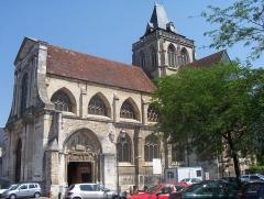 Ancienne abbaye Saint-Taurin -  L'église Saint-Taurin, à Évreux - France - La place Saint-Taurin est un site classé en 1937, qui a survécu à la Seconde Guerre Mondiale.