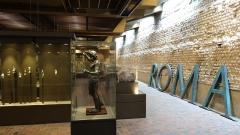 Evêché et ses dépendances - Français:   La salle archéologique du musée d\'Évreux (Normandie) - Assises véritables des remparts gallo-romains sur la droite.
