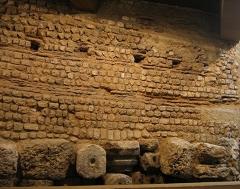 Rempart gallo-romain -  Mur romain (IIIe siècle), avec une chaussée utilisant des remplois (en bas), salle archéologique du musée d'Évreux