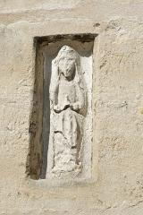 Eglise - Français:   Relief sculpté dans la façade sud de l\'église Saint-Pierre à Fourges, dans le département de l\'Eure, en région Normandie.