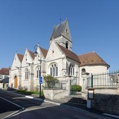 Eglise - Français:   L\'église Saint-Pierre de Fourges (Eure, Normandie) vue depuis la rue du Moulin.