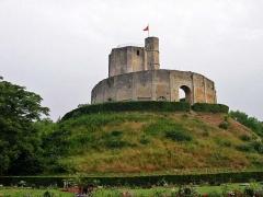Restes du château -  Donjon du château de Gisors (Eure) Photo JH Mora, juin 2005