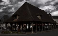 Halle -  Lyons-la-Forêt. Dans les rues du village.