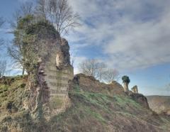 Ruines du château fort - Français:   La tour Saint Nicolas est la tour la mieux conservée. Les tours  d\'angle sous forme d\'éperon et non carrées,comptaient au moins 2 étages sur un niveau bas séparés par des planchers. Leurs parements sont composés d'une maçonnerie alternant les rangs de silex et les assises de pierre de taille. Elles disposaient d'archères notamment pour flanquer la courtine au premier niveau.