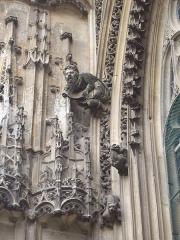 Eglise Notre-Dame-des-Arts - Français:   Sculptures sur la face sud de l\'église