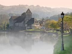 Eglise Notre-Dame ou des Pénitents - English: The Chapelle des Pénitents and the River Dordogne in Beaulieu-sur-Dordogne (Corrèze, Limousin, France). Taken with early morning autumn mist rising off the River.