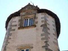 Maison Calary - Français:   Croisée à fronton et coquille sur la tourelle carrée de la maison Calary (Beaulieu-sur-Dordogne, Corrèze)