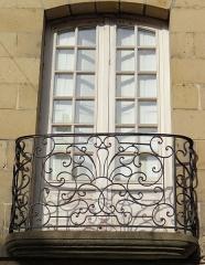 Maison - Français:   Brive-la-Gaillarde - Maison Lalande - Façade sur la rue de Corrèze - Détail d\'une fenêtre et d\'un balcon
