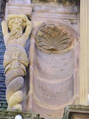Ancien séminaire - Brive-la-Gaillarde - Musée Labenche - Cariatide gainée de la grande fenêtre haute sur la cour d'honneur