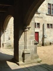Château de Sedières -  cour intérieure. Corrèze 2007.