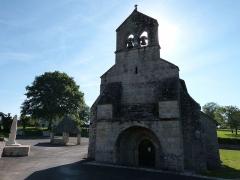 Eglise Saint-Maurice, et croix du cimetière - Eglise classée du 12ème siècle