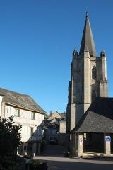 Eglise Saint-Martin - Deutsch: Katholische Kirche Saint-Martin in Donzenac im Département Corrèze (Nouvelle-Aquitaine/Frankreich), Glockenturm und Markthalle