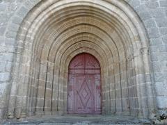 Eglise Notre-Dame - Français:   Le portail de l\'église Notre-Dame, Hautefage, Corrèze, France.