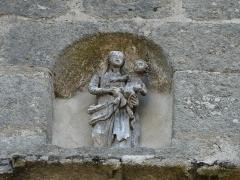 Eglise Notre-Dame - Français:   Statue au-dessus du portail de l\'église Notre-Dame, Hautefage, Corrèze, France.