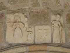 Eglise Saint-Cyr-Sainte-Julitte - Français:   Bas-relief daté de 1721 au-dessus du portail de l\'église Saint-Cyr-Sainte-Julitte, Saint-Cirgues-la-Loutre, Corrèze, France.