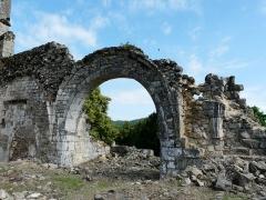 Ruines de l'ancienne église - Français:   Les ruines de l\'église du Vieux Bourg, Saint-Geniez-ô-Merle, Corrèze, France.