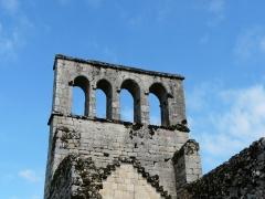 Ruines de l'ancienne église - Français:   Le clocher-mur de l\'église du Vieux Bourg, Saint-Geniez-ô-Merle, Corrèze, France.