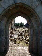Ruines de l'ancienne église - Français:   Le portail de l\'église du Vieux Bourg, Saint-Geniez-ô-Merle, Corrèze, France.