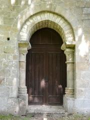 Chapelle de Glény - Français:   Portail de la chapelle de Glény, Servières-le-Château, Corrèze, France.