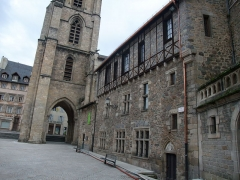 Cathédrale Saint-Martin, actuellement Notre-Dame et cloître, actuellement Musée municipal£ - Vue de la cathédrale Notre-Dame de Tulle et de la façade de la maison voisine, à Tulle, dans le département de Corrèze, en France, en janvier 2009.