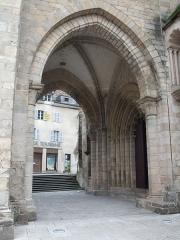 Cathédrale Saint-Martin, actuellement Notre-Dame et cloître, actuellement Musée municipal£ - Vue du porche de la Cathédrale Notre-Dame de Tulle, à Tulle, dans le département de Corrèze, en France, en janvier 2009.