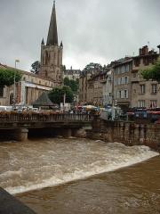 Cathédrale Saint-Martin, actuellement Notre-Dame et cloître, actuellement Musée municipal£ - Place du marché de Tulle lors des innondations de 2001.