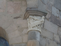 Eglise Saint-Pierre - Chapiteau extérieur sur le chevet de l'abbatiale de Vigeois en Haute-Vienne