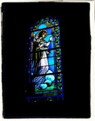 Ancienne église -  Vitrail de l'archange Gabriel. Église de Dun-le-Palestel (23).
