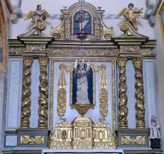 Eglise Sainte-Valérie, dite église du Moutier - Français:   Felletin (Creuse, France), église Sainte-Valérie, bras sud du transept, autel avec son tabernacle, retable avec ses trois statues, tous classés M.H.; la statue centrale est un moulage en plâtre type Notre-Dame des Victoires.