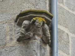 Immeuble - Français:   Base sculptée de la niche d\'angle, immeuble 19 Grande-Rue, Felletin, Creuse, France.