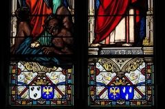 Eglise de l'Assomption-de-la-Très-Sainte-Vierge - Deutsch:   Katholische Pfarrkirche l\'Assomption-de-la-Très-Sainte-Vierge in Le Grand-Bourg im Département Creuse (Nouvelle-Aquitaine/Frankreich) , Bleiglasfenster mit der Signatur: L. LOBIN TOURS 1877; Darstellung: Erzengel Michael (links), Apostel Petrus (rechts), Ausschnitt unten: Wappen