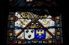 Eglise de l'Assomption-de-la-Très-Sainte-Vierge - Deutsch: Katholische Pfarrkirche l'Assomption-de-la-Très-Sainte-Vierge in Le Grand-Bourg im Département Creuse (Nouvelle-Aquitaine/Frankreich) , Bleiglasfenster mit der Signatur: L. LOBIN TOURS 1877; Darstellung: Erzengel Michael (links), Apostel Petrus (rechts), Ausschnitt unten: Wappen