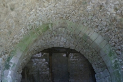 Restes du château - English: Arche brisée château de Magnat