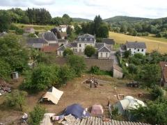 Restes du château - English: Château de Magnat - cour 2012
