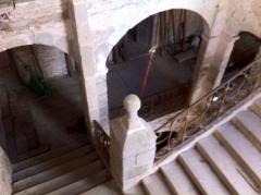Restes du château - English: Escalier château de Magnat