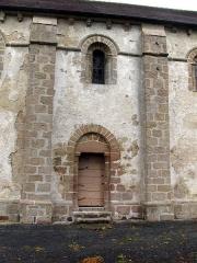 Eglise de la Nativité de la Vierge -  Nouziers (Creuse, France) -  Vue partielle (avec la petite porte) de la façade Sud de l'église .  .   .