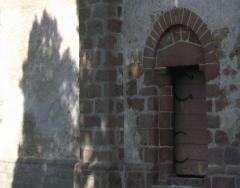 Eglise de la Nativité de la Vierge -  Nouziers (Creuse, France) -  L'ombre du feuillage d'un tilleul sur la façade Sud de l'église évoque étrangement la silhouette d'un ours.  .   .