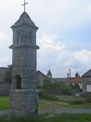 Fanal Funéraire - English: Goussaud (Creuse, Fr) lanterne des morts with view on the village