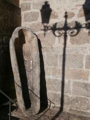 Eglise Saint-Martin - Français:   Sarcophage deavnt l\'église de Vallière, Creuse, France.