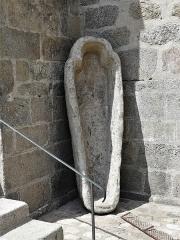Eglise Saint-Martin - Français:   Sarcophage devant l\'église de Vallière, Creuse, France.