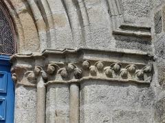 Eglise Saint-Martin - Français:   Chapiteaux du portail de l\'église, Vallière, Creuse, France.
